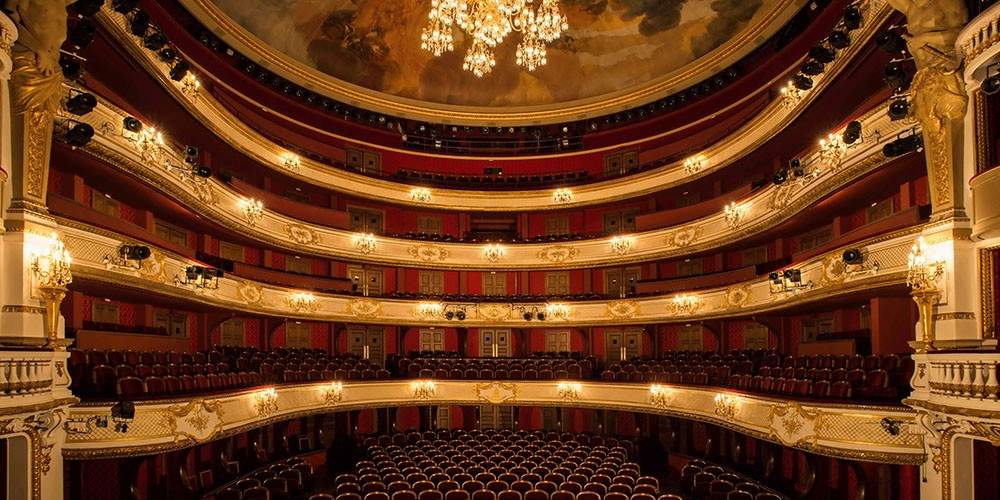 Entertainment in theater in France 4bee0eeda93f