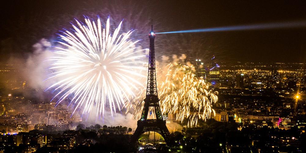Vuurwerk van de Eiffeltoren in Parijs